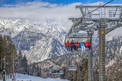 De mensen zitten op de stoellift Berg-ski?t complexe ` Laura, GAZPROM ` Dichtbij Sotchi, Rusland in 31 Januari, 2016 Stock Fotografie