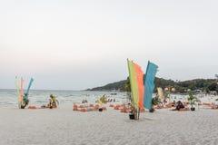 De mensen zitten op tapijten bij het strand van de volle maanpartij Royalty-vrije Stock Foto