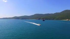 De mensen zwemmen aan het exotische eiland door boot stock videobeelden
