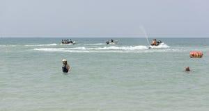 De mensen zwemmen De mensen berijden een banaan op een boot en op een boot Stock Afbeeldingen