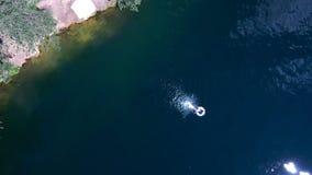 De mensen zwemmen in het meer, hebben een goede tijd, spruit van een aireal hommel, Royalty-vrije Stock Foto