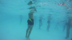 De mensen zwemmen onder Water in de Pool stock footage