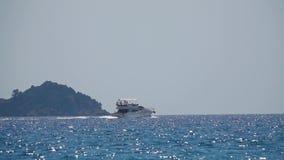 De mensen zwemmen op een jacht Langzame Motie stock video