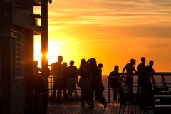 De mensenachtergrond van de zonsondergangkust Royalty-vrije Stock Foto