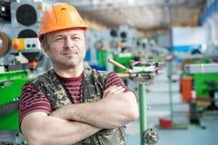De Mensenarbeider van de fabrieksreparatie stock afbeeldingen