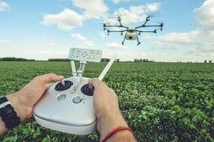 De mensencontrole octocopter of afstandsbediening voor de hommel in de handen Royalty-vrije Stock Fotografie
