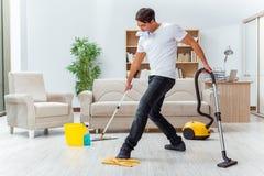De mensenechtgenoot die het huis schoonmaken die vrouw helpen Stock Fotografie