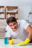 De mensenechtgenoot die het huis schoonmaken die vrouw helpen Stock Foto