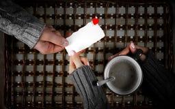 De mensengift voor meisje drinkt koffiegift op de Dag van Valentine ` s Stock Foto