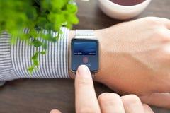 De mensenhand en het slimme horloge met de aanraking van de debetkaart betalen stock afbeeldingen