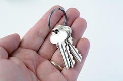 De mensenhand houdt sleutels Royalty-vrije Stock Foto