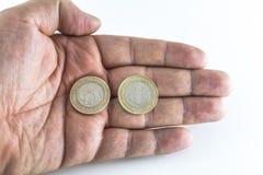 De mensenhand houdt Turkse muntstukken met geïsoleerde witte achtergrond stock afbeelding