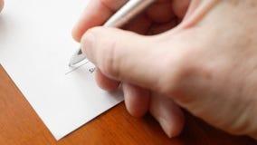 De mensenhand ondertekent een document document met ballpoint De handtekening is vals stock videobeelden