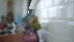 De mensenhand vult een Glas met Water van de Gootsteen in Keuken stock videobeelden
