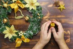De mensenhanden die giftvlakte houden lagen Het close-up van het Kerstmisconcept stock afbeelding