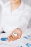 De mensenhanden met het gokken dobbelt het ondertekenen van contract Stock Foto