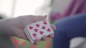 De mensenhanden met ring schrijven woord op de één kaart van een dek, mannelijke vouwenkaart en geven het aan een persoon stock videobeelden