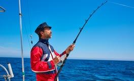 De mensenhengel van de baardzeeman het met een sleeplijn vissen in zoutwater stock fotografie