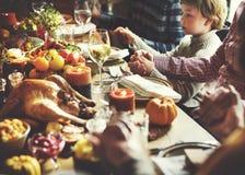 De mensenholding overhandigt het Bidden het Concept van de Dankzeggingsviering Stock Foto
