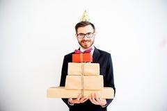 De mensenholding verjaardagsgeschenk stock afbeelding