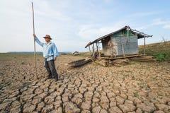 De mensenlandbouwer van het land bij klimaatverandering globaal het verwarmen gevaar royalty-vrije stock foto