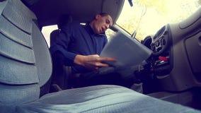 De mensenmanager van het zakenmanconflict in auto het spreken stock video