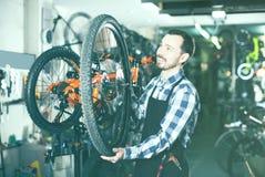 De mensenmeester vestigt een fietswhee royalty-vrije stock foto's