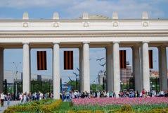 De mensenmenigten gaan en verlaten het park van Gorky door de belangrijkste ingangspoorten in Royalty-vrije Stock Fotografie