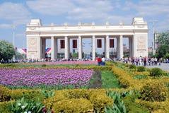 De mensenmenigten gaan en verlaten het park van Gorky door de belangrijkste ingangspoorten in Royalty-vrije Stock Foto's