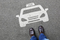 De mensenmensen taxi?en van het het tekenembleem van het cabinepictogram van het de autovoertuig de straatweg traff Stock Foto's