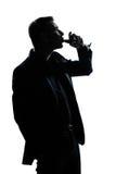 De mensenportret dat van het silhouet rode wijn drinkt royalty-vrije stock foto