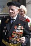 De mensenportret van de oorlogsveteraan Hij houdt een rode anjer Royalty-vrije Stock Afbeeldingen
