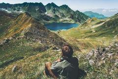 De mensenreiziger wandelt blauw meer in bergen luchtmening Royalty-vrije Stock Afbeeldingen