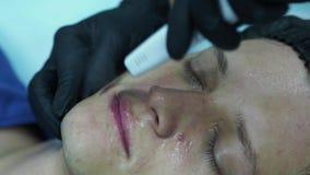 De mensens kosmetiek Jong mannetje die gezichtsprocedures ontvangen bij schoonheidskliniek Schilhuid stock footage