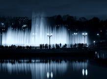 De mensensilhouetten van de fonteinnacht Stock Afbeelding