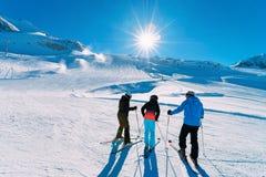 De mensenskiërs bij Hintertux-Gletsjer ski?en toevlucht in Zillertal Oostenrijk royalty-vrije stock fotografie