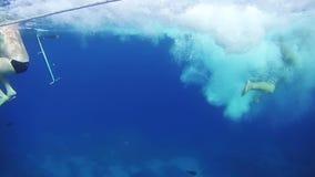 De mensentoeristen duiken van het Jacht onder Water in Rode Overzees, Egypte stock video