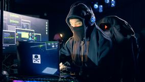 De mensentypes op laptop, het binnendringen in een beveiligd computersysteem systeem, sluiten omhoog stock video