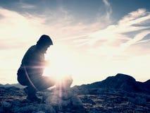 De mensenwandelaar bouwt kiezelstenenpiramide Stenen op de bergtop van Alpen Dageraadhorizon Royalty-vrije Stock Foto