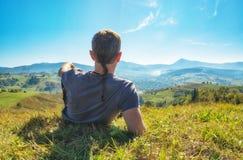 De mensenwandelaar ligt en rustend op een heuvel Royalty-vrije Stock Afbeeldingen