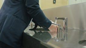 De mensenwas dient de badkamers in stock afbeeldingen