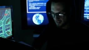 De mensenwerken bij computer, hakker stelen informatie, het professionele programmeur in glasse, na denken de groene codekarakter stock video