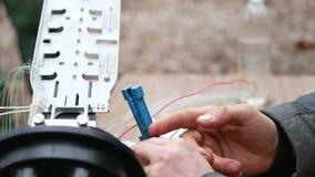 De mensenwerken met optische vezel stock footage