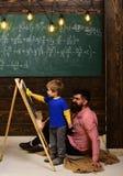 De mentor moet liefde voor hebben hoe hij werkt Onderwijsactiviteiten in klaslokaal op school Student die online cursussen bestud stock foto