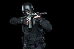 De MEP van de specificatie ops politieman in zwarte eenvormige studio Stock Afbeeldingen