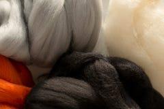 De merinoswol, de witte, zwarte, rode en grijze kleuren, voor viltbekleding, sluiten omhoog Stock Afbeelding