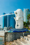 De Merlion-fontein en Marina Bay Sands, Singapore. Stock Afbeelding