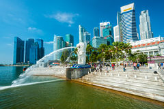 De Merlion-fontein en Marina Bay Sands, Singapore. Royalty-vrije Stock Afbeelding