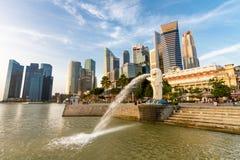 De Merlion springbrunnutloppsrören bevattnar framme av den Singapore staden Arkivbild
