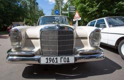 De mersedes-Benz auto bij de show van de auto's van inzamelingsretrofest royalty-vrije stock fotografie
